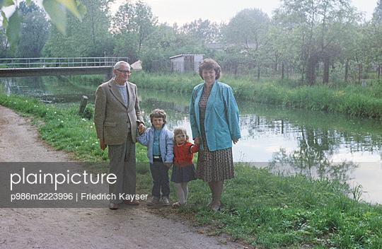 Deutschland, Spaziergang am Fluß in der DDR - p986m2223996 von Friedrich Kayser