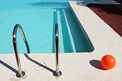 Swim ladder - p045m813476 by Jasmin Sander