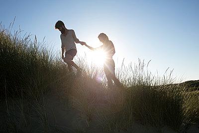 Junges Paar den in Dünen - p1212m1168685 von harry + lidy