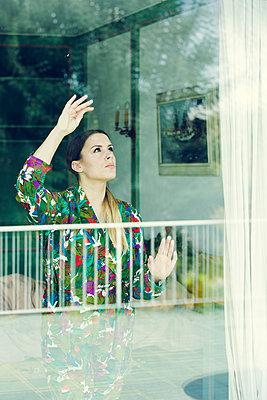 Sorgenvoller Blick aus dem Fenster - p904m1133633 von Stefanie Päffgen