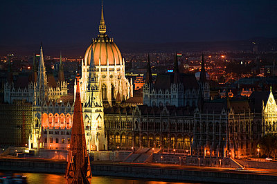 Hungarian parliament building and river danube - p9246064f by Image Source