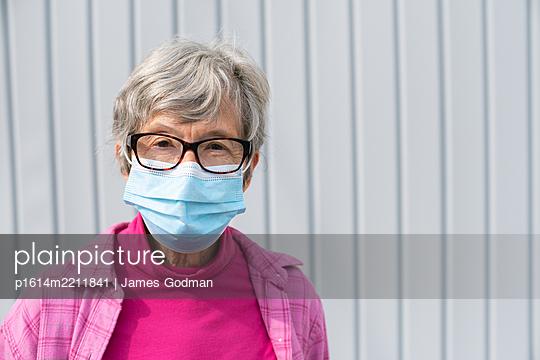 Ältere Dame mit Mundschutz - p1614m2211841 von James Godman