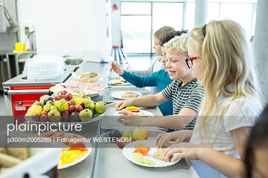 Pupils at counter in school canteen - p300m2005289 by Fotoagentur WESTEND61