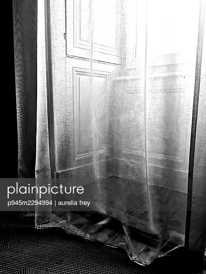 Window niche with curtain - p945m2294994 by aurelia frey