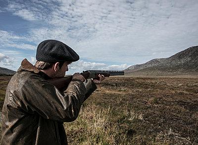 Jäger zielt mit dem Jagdgewehr - p1082m2022014 von Daniel Allan