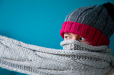 Face of a woman covered with scarf and hat - p1231m1043131 by Iris Loonen