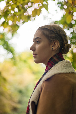 Profile head and shoulders of teenage girl - p1433m1525581 by Wolf Kettler