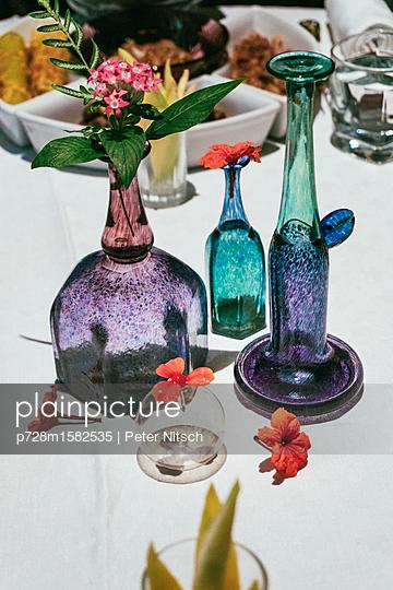Verschiedene Vasen mit asiatischen Blumen - p728m1582535 von Peter Nitsch