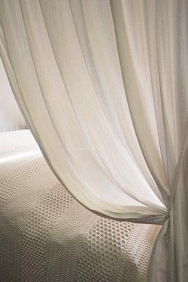 Vorhang vor einem Himmelbett im Regency Style - p1170m1044333 von Bjanka Kadic