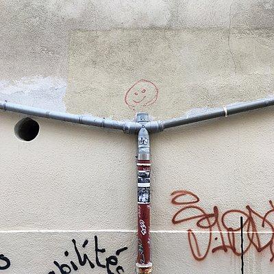 Wasserrohr und Graffiti, Marseille, Frankreich - p1401m2186988 von Jens Goldbeck