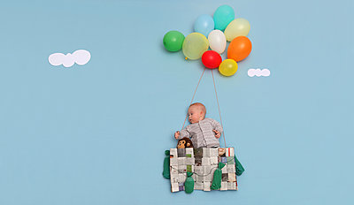 Ballonfahrt eines Kindes - p1519m2064280 von Soany Guigand