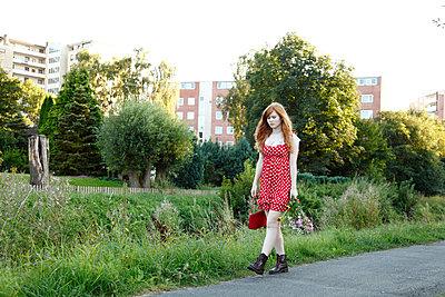Mit Handtasche und Blumenstrauß - p249m865521 von Ute Mans