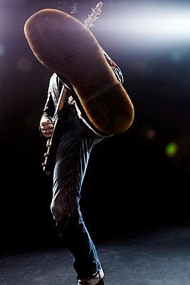 Rockmusiker - p842m1090572 von Renée Del Missier