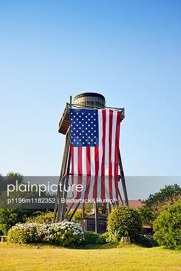 Wasserturm zeigt Flagge - p1196m1182352 von Biederbick&Rumpf
