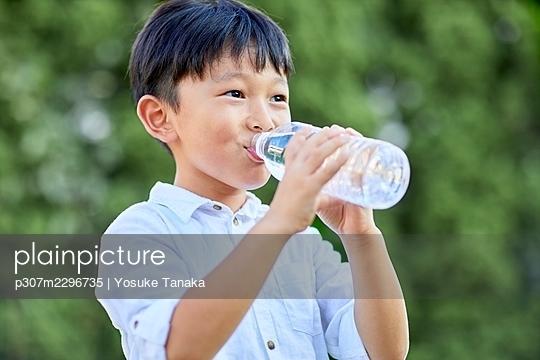 Japanese kid at home - p307m2296735 by Yosuke Tanaka