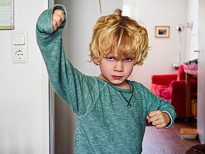 Kleiner Junge will kämpfen - p358m1516362 von Frank Muckenheim
