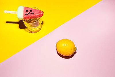 Wassermeloneneis und Zitrone - p432m1508073 von mia takahara