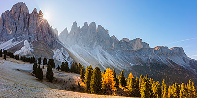 Odle peaks (Geisler gruppe) at sunrise, in autumn, Funes valley, Dolomites, Italy - p651m2006222 by Matteo Colombo photography