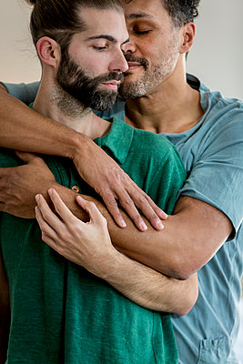 Gay couple - p787m2115275 by Forster-Martin