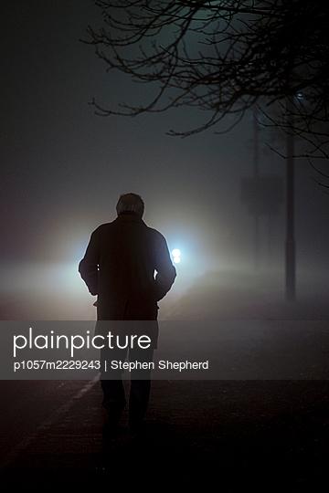 Großbritannien, Mann und Auto im Nebel - p1057m2229243 von Stephen Shepherd