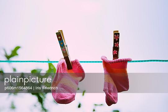 Söckchen auf Wäscheleine - p606m1564864 von Iris Friedrich