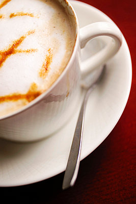 Close-up of a cup of cappuccino - p3484634 by Michael Engman