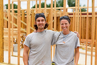 Caucasian man and woman posing at construction site - p555m1522820 by Roberto Westbrook