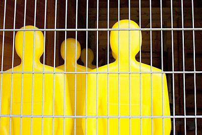 Gelbe Freistoß Übungsfiguren hinter Gittern, München, Deutschland - p6090407 von MONK photography