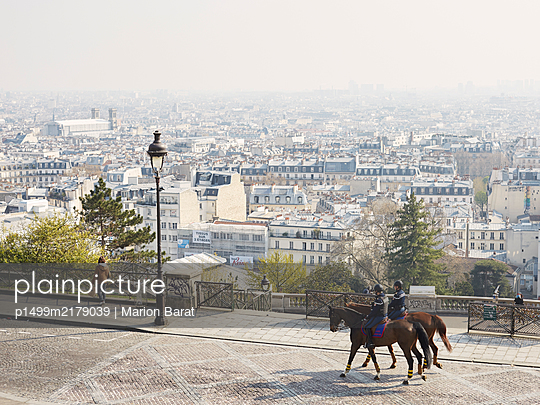 Two French Horseguards in Montmartre during Covid-19 quarantine - p1499m2179039 by Marion Barat