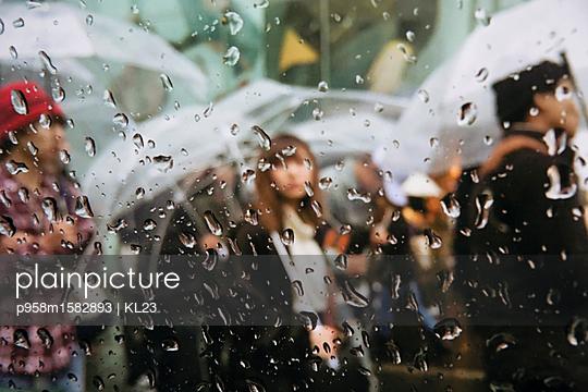 Fußgänger im Regen - p958m1582893 von KL23