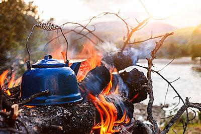 Kaffee kochen am Lagerfeuer - p1168m1525869 von Thomas Günther