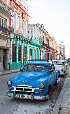 Vintage car in Havana - p304m1092301 by R. Wolf