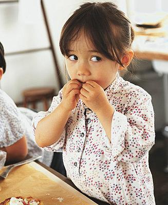 Little girl baking - p500m668547 by Yumiko Kinoshita