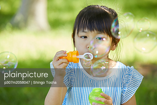 Japanese kid in a city park - p307m2058047 by Shingo Tosha
