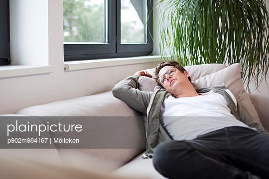 Mann auf Sofa - p902m984167 von Mölleken