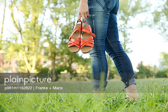 Barfuss durch den Park - p981m1162822 von Franke + Mans