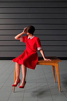 Woman wearing red dress  - p1521m2081618 by Charlotte Zobel