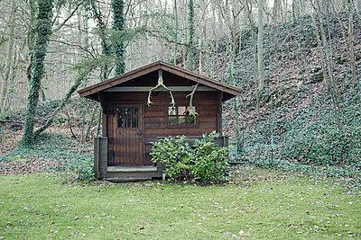 Gartenhaus im herbstlichen Wald - p1525m2073101 von Hergen Schimpf