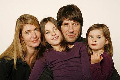 Zweikind-Familie - p1650769 von Andrea Schoenrock