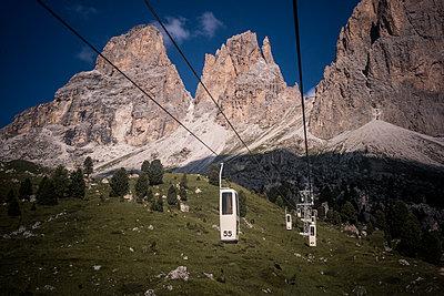 Seilbahn in den Dolomiten - p741m2077004 von Christof Mattes