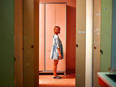 Young woman in locker room - p1413m2278766 by Pupa Neumann