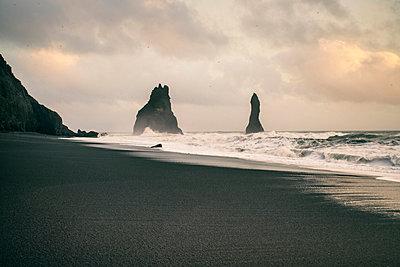 Iceland, South Iceland, Reynisfjara Beach with Reynisdrangar rocks - p300m2132569 by A. Tamboly