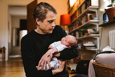 Father with newborn baby - p312m2280491 by Stina Gränfors