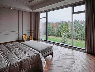 Schlafzimmer einer Villa - p390m2263708 von Frank Herfort