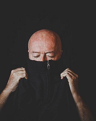 Bald man portrait - p445m1527823 by Marie Docher