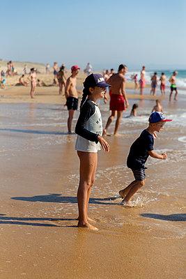 On the beach - p756m2125036 by Bénédicte Lassalle