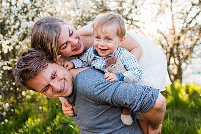 Familie im Frühling - p796m1550318 von Andrea Gottowik