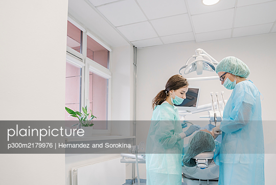 Young woman getting dental treatment in clinic - p300m2179976 by Hernandez and Sorokina