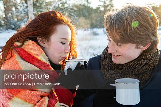 Netherlands, Vught, Vughtse Hei, ginger girl and boyfriend iceskating - p300m2287654 von Frank van Delft