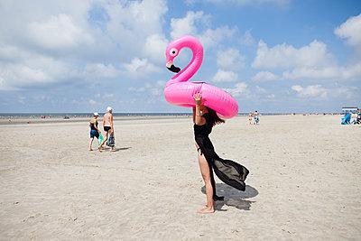 Junge Frau mit pinkem Flamingo - p045m2005001 von Jasmin Sander
